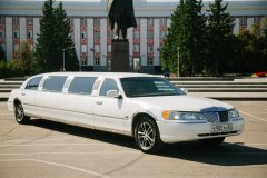 lincoln-town-car-belyj